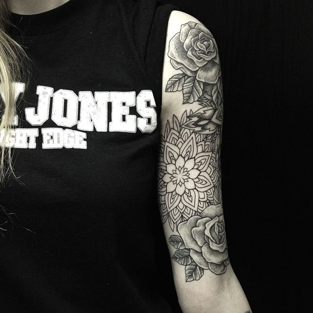 tattoo oberarm mandala tattoo ideen t towierungen und geometrische t towierungen. Black Bedroom Furniture Sets. Home Design Ideas