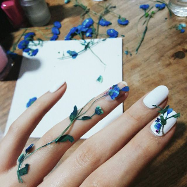 This new nail art trend looks like a tiny bouquet of flowers on your ...