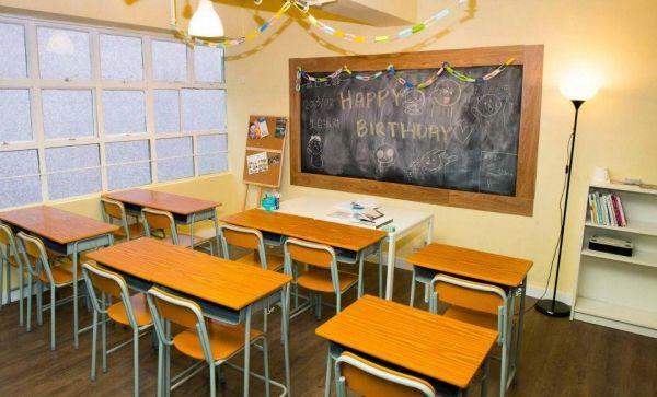 Comma Party  Comma Party 懷舊主題房Comma Party 開業兩年來一直深受歡迎,共設有8間特式主題房,包括電影、課室、睡房、草原、日式、懷舊等,電影及睡房兩間主題房最多容納10人,其他房則由10至15人起。場內沒有食物提供,但租用主題房可免費使用簡單的廚房設備,或可自己安排到會。   地址:觀塘巧明街106號冠力工業大廈 1501 - 1502室  開放時間10時00分 - 01時00分 查詢電話9779 2741 消費提示每位 $48/hr 起,視乎時間及主題房而定,最少兩小時起 前往方法路線 - 地鐵 起點: 港鐵觀塘站B3出口