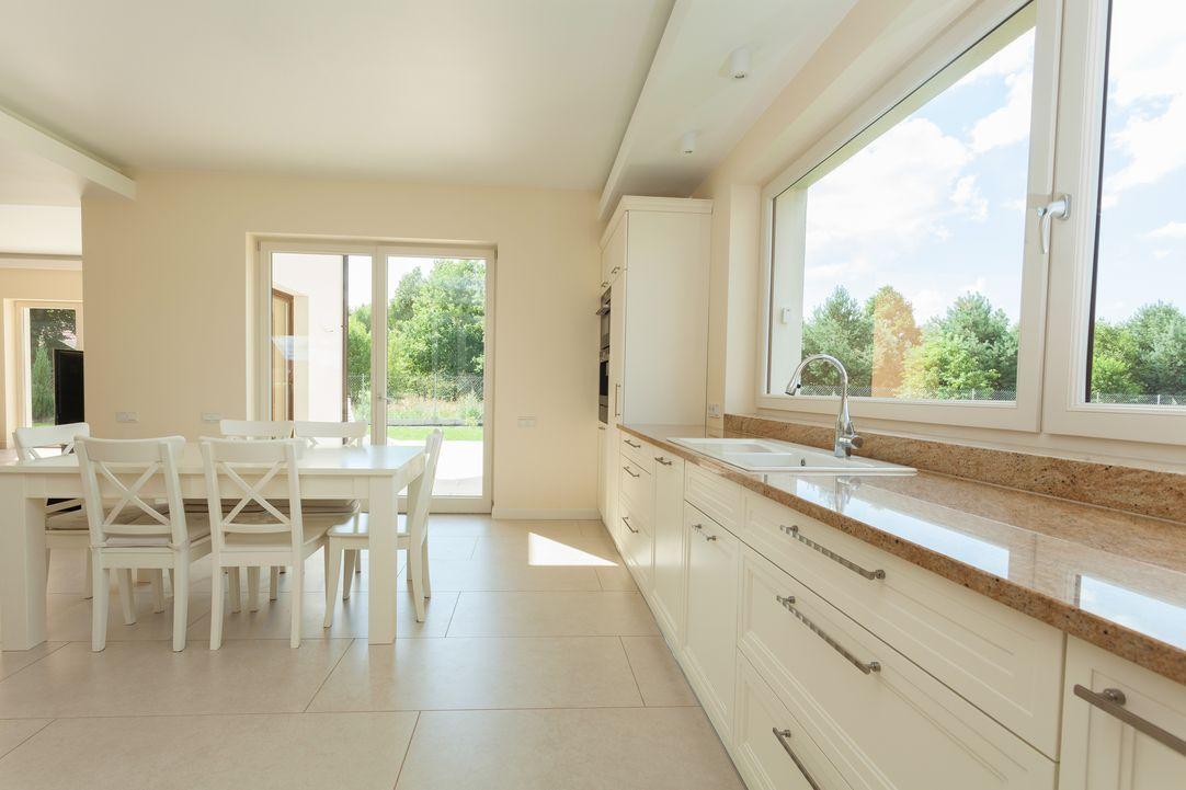 Maximize the kitchen with monochromatic colors and big windows - homeyou ideas #interiordesign #kitchen #homedecor