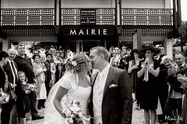 Mariage: Le baiser de la sortie de Mairie du Canon, à Lege cap Ferret, en Aquitaine, sur le bassin d'Arcachon par Mini-Fée photographie. https://minifeephotographie.com  Mariage-oceanique - Mini-Fée Photographie