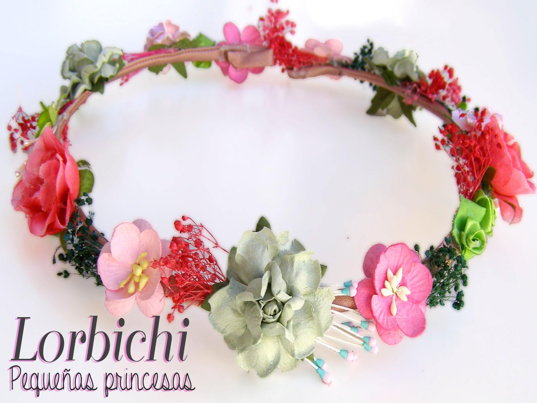 Corona de flores, hojas y pistilos en varios tonos de verdes y ...