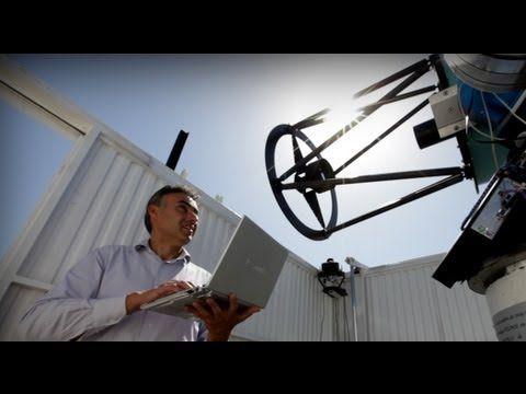 Alberto Castro es el investigador principal del proyecto BOOTES, que consiste en crear el primer observatorio astronómico a nivel mundial impulsado por España. Este astrofísico, que trabaja en el Instituto Andaluz de Astrofísica en Granada, está considerado como uno de los principales expertos a nivel internacional en el campo de la robótica aplicada a la astronomía.