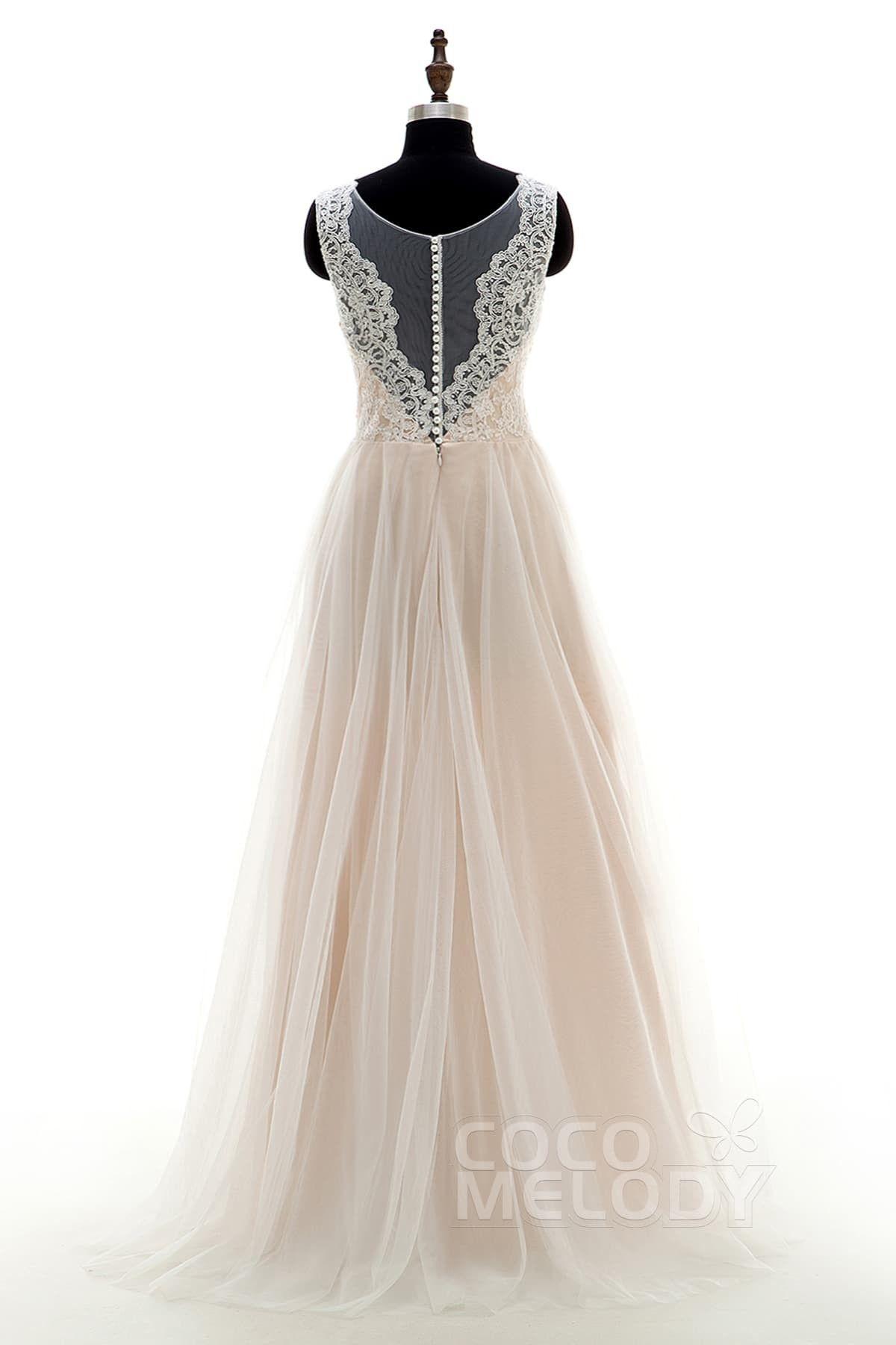 Dieses romantische lange Hochzeitskleid im Vintage Look verfügt über einen Ilusionskragen und einer Verzierung aus Spitze an Dekolletee & Rücken. LD3569