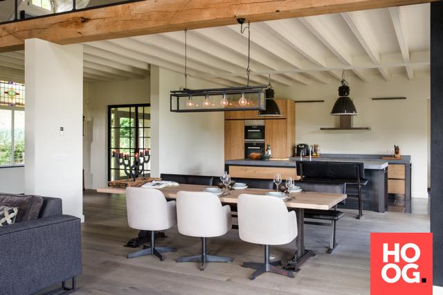 Moderne woonkamer inrichting met luxe loungebank en eettafel met