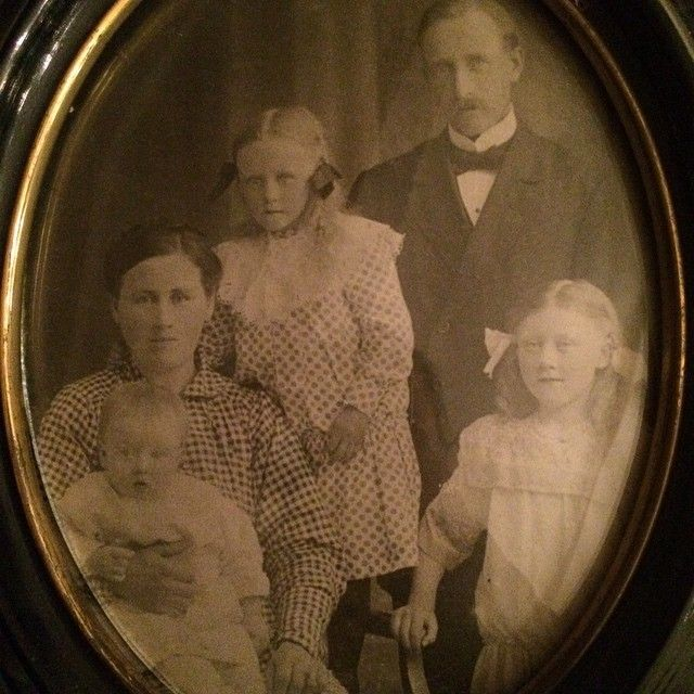 Lilla Ivar i knät på sin mamma Matilda, flickan bredvid henne är Lilly och den andra flickan är min gammelmormor Ingrid och pappa Nils