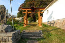 長野県飯綱町の普光峻徳神社です。-Fukousyuntoku Jinja (Iizuna Town,Nagano)- 飯綱町の普光に建つ、猿田彦尊を祀る神社です。社叢に囲まれた長い参道が印象的な神社です。この拝殿の横には、江戸時代に建てられた白山社がおかれています。