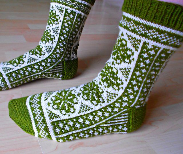 my favourite socks...free pattern http://www.ravelry.com/patterns/library/fireweeds
