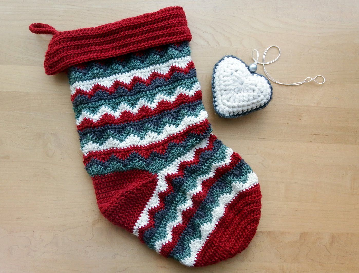 I love the zigzags on this Christmas Stocking - Free crochet pattern ...