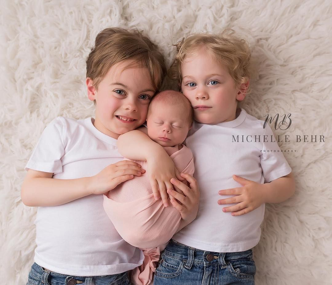 Sibling Poses In A Newborn Session