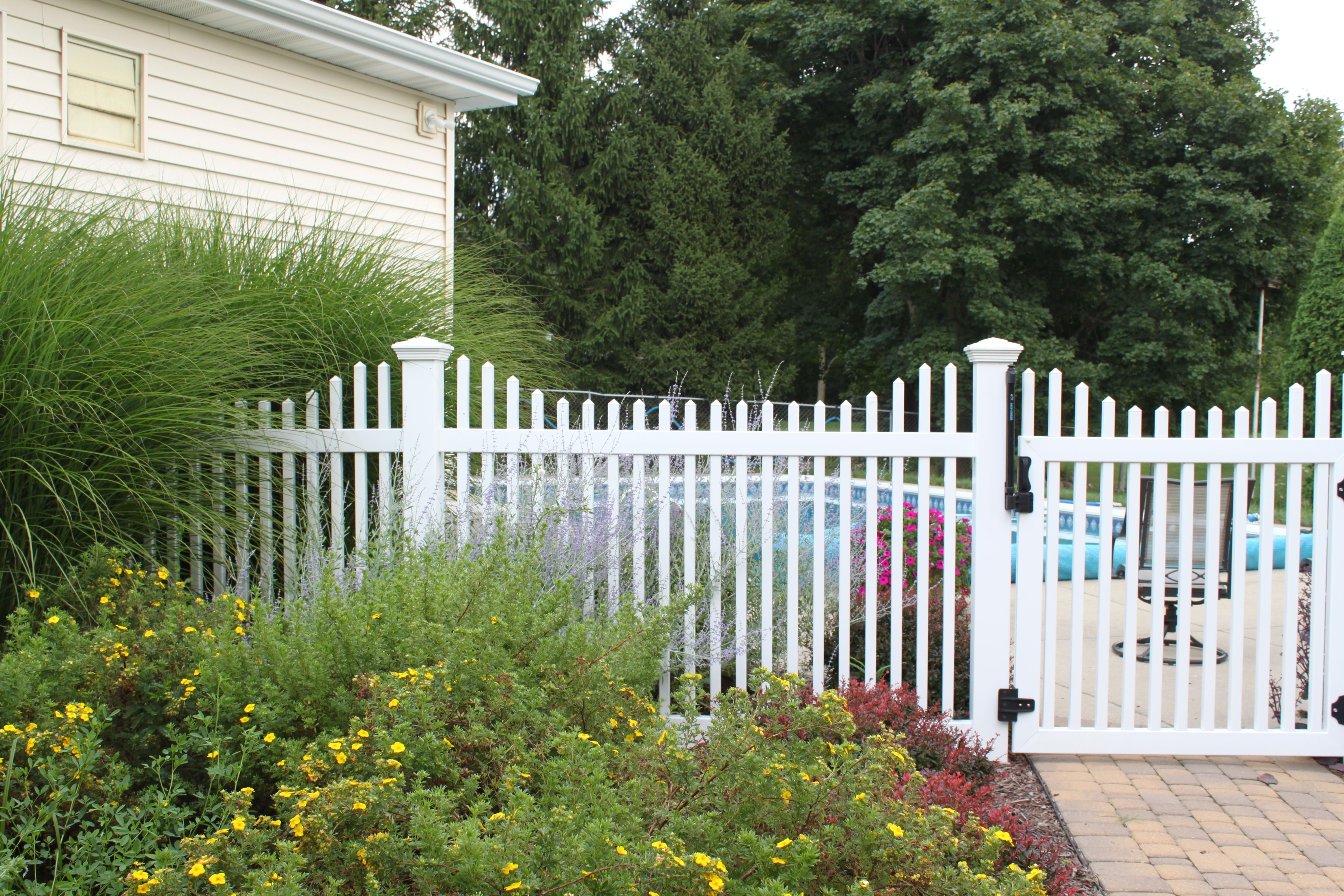 Ontario Picket Fence Scalloped Style, Good Neighbor Vinyl Picket Fence