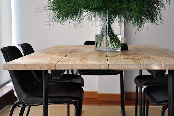 Salón de una casa Cube Deco. Comedor con mesa de madera de aliso y patas de pletina de acero. Sillas de piel natural. #decoración #interiorismo #ACoruña