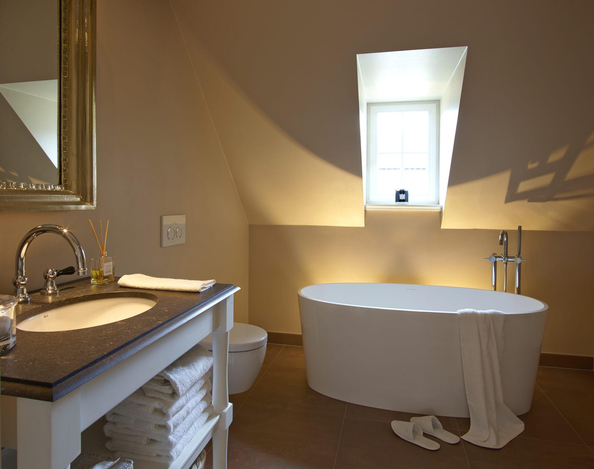 Wohnzimmerfliesen an der wand badezimmer modern gold  dekoideen bad selber machen  pinterest