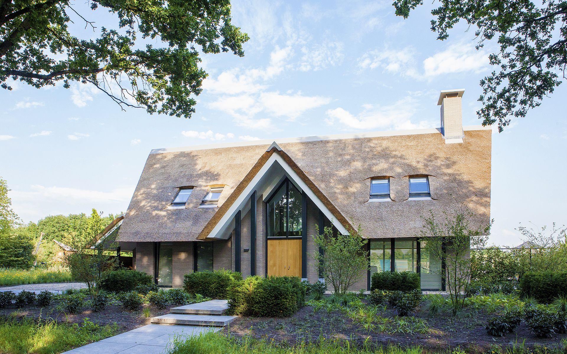 Eigentijdse villa een strakke landelijke villa met een modern