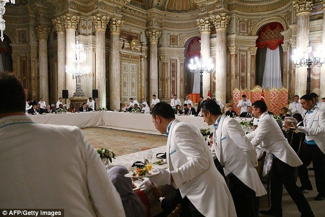 Inside Turkey tyrant's £500million palace which is dripping in gold |  Dolmabahçe palace, Silk wallpaper, Palace