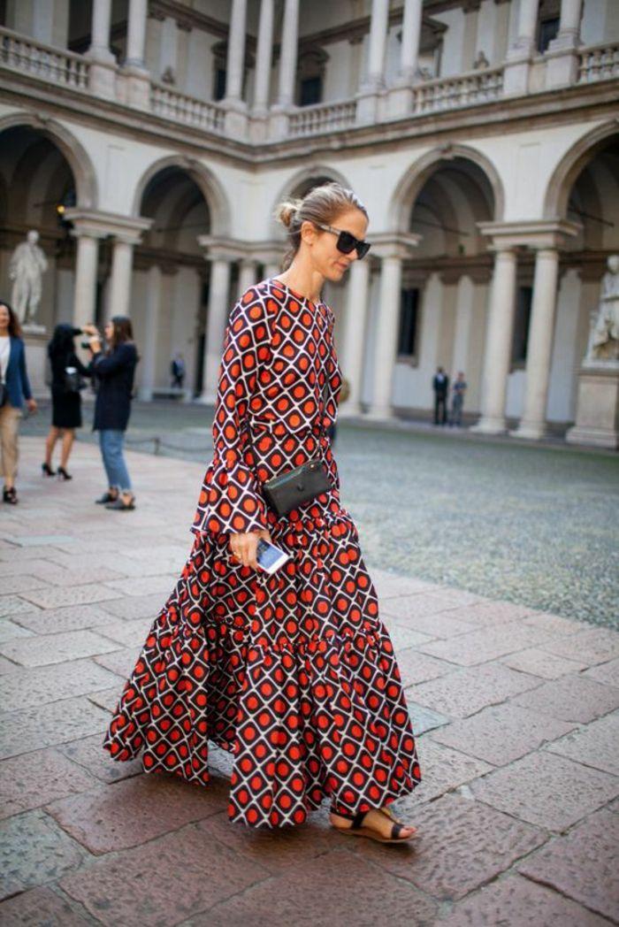 7d2b879f56a019 une maxi robe à imprimé ethnique africain et des sandales plates, robe  longe légère et