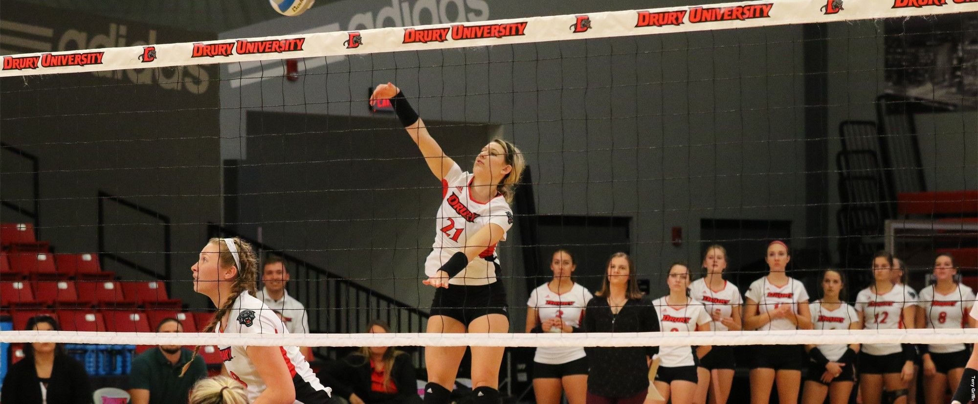 Du Volleyball Battles Past Jewell For 3 2 Win To Close Out Regular Season Drury University Seasons Volleyball