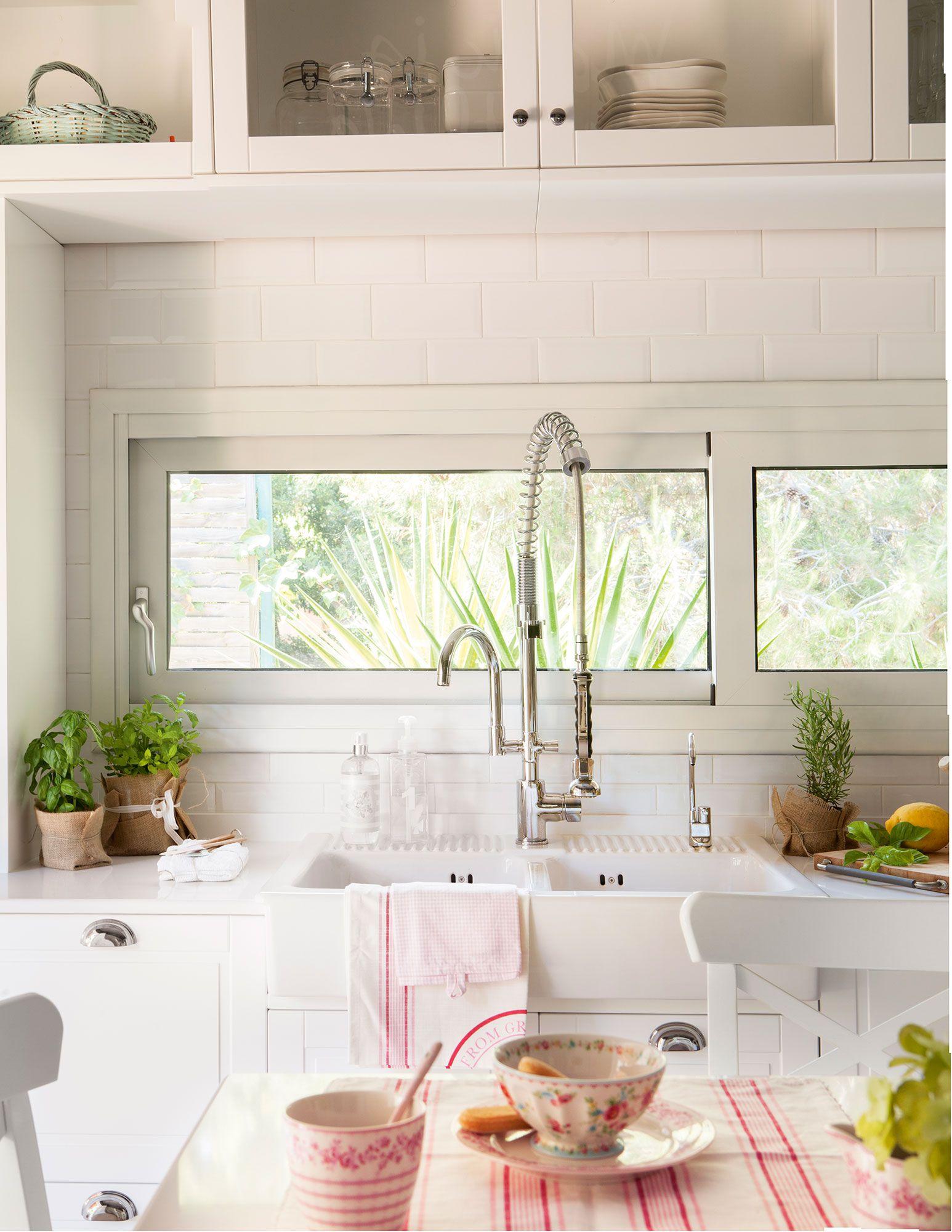 Detalle de fregadero xl de cocina con un grifo de estilo industrial