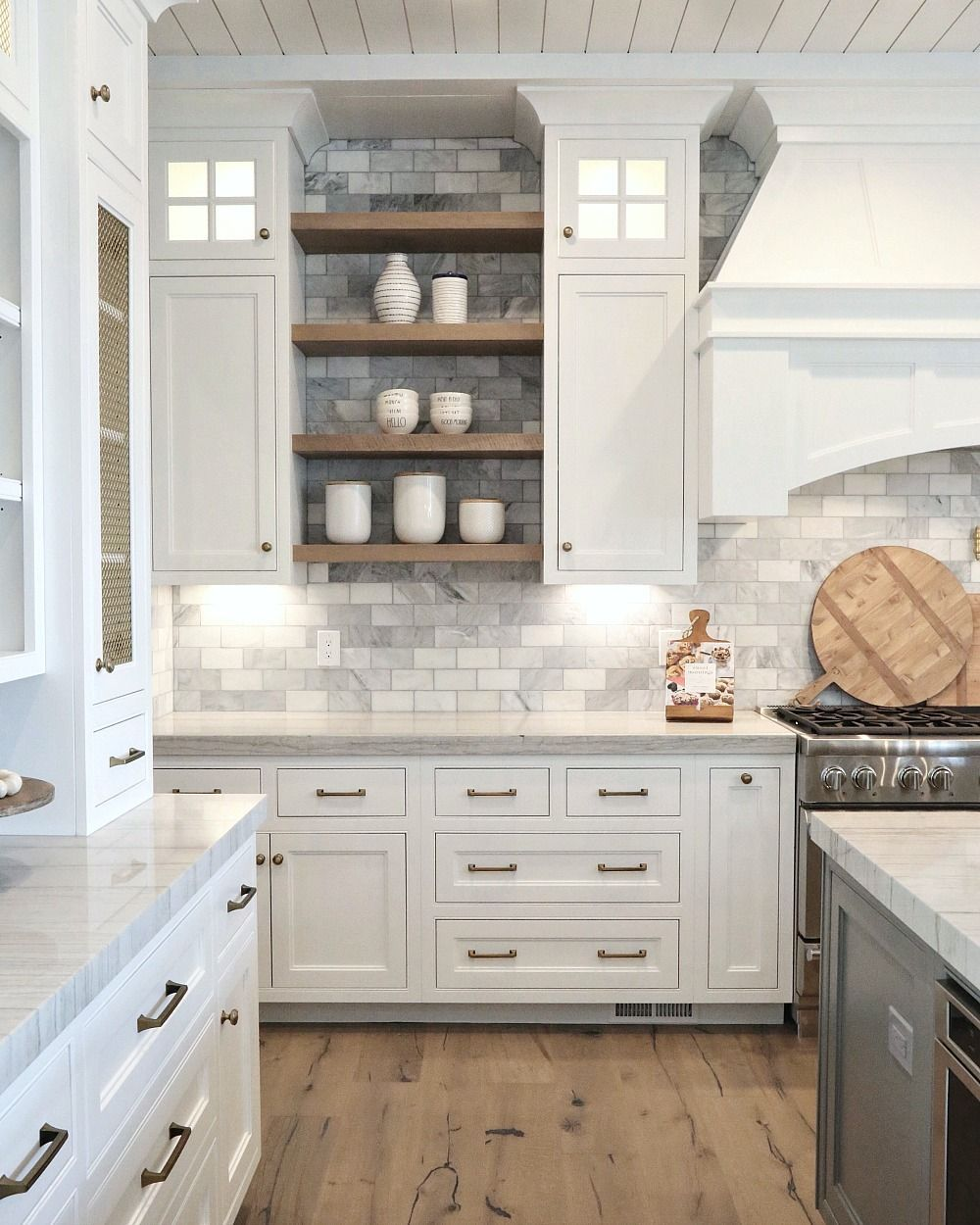 Painted Kitchen Cabinets Mixed With Wood Stained Floating Shelves Cuisine Salle A Manger Cuisines Maison Renovation Cuisine
