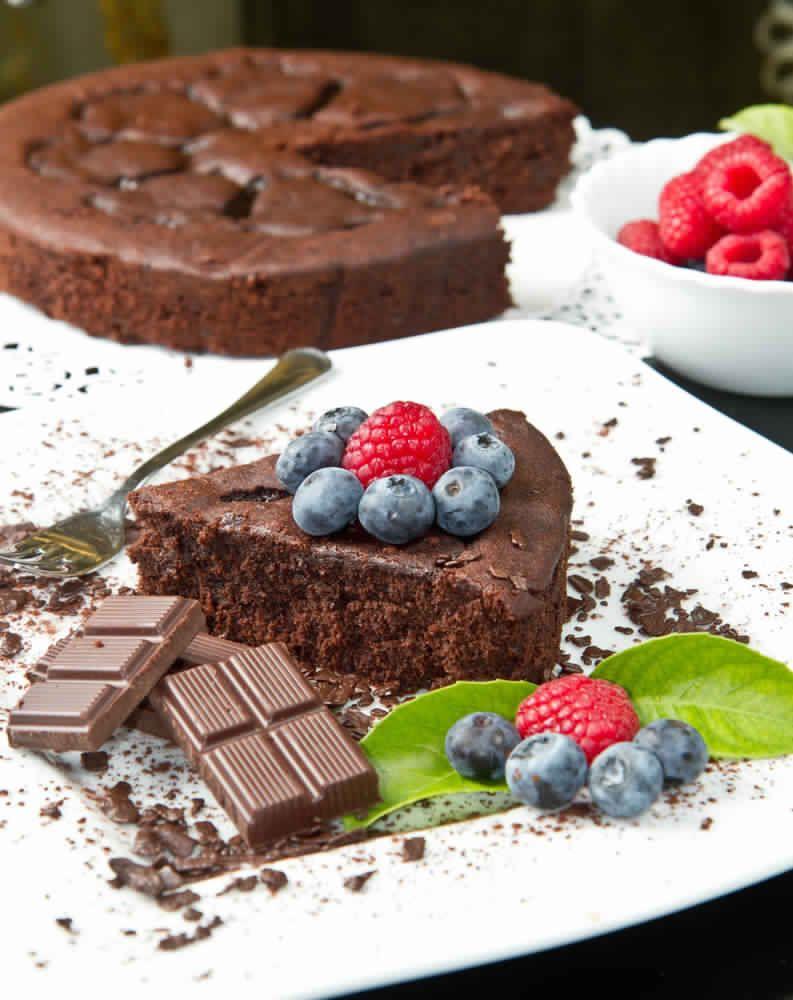 Ingrédients : 6 oeufs 250 g de sucre 60 g de farine 60 g de fécule 350 de chocolat noir 350 g de beurre Préparation : Dans une casserole, faire fondre le chocolat et le beurre à feu doux. Dans une terrine, battre les jaunes d'oeufs avec le sucre jusqu'à le mélange blanchisse. Ajouter la