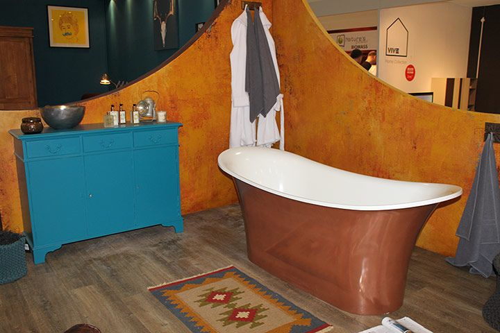 Look at this freestanding tub!