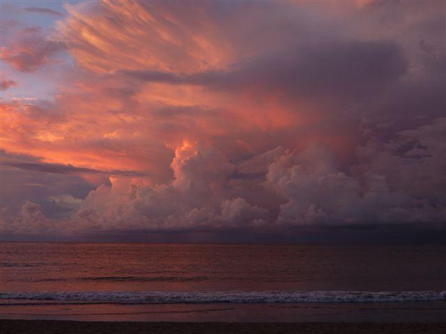 wolken bij zonsondergang - Bali