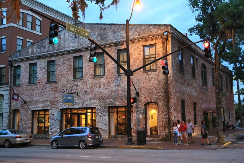 Where To Stay In Savannah Ga Neighborhoods Area Guide The Crazy Tourist Savannah Chat Savannah Historic District Savannah Ga