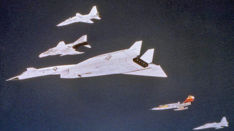 Os cinco aviões com motores da GE em formação (GE)