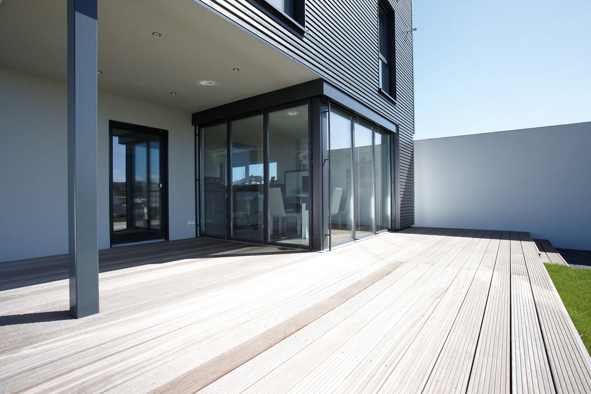 Große, geräumige Terrasse aus Holz Fertighaus kaufen