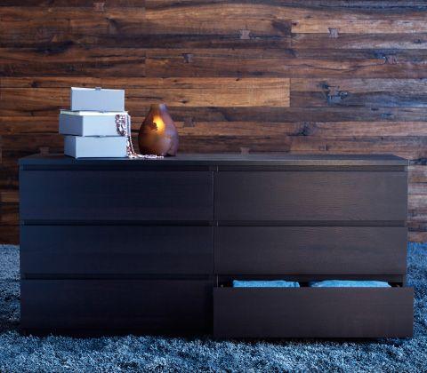 bruine ladekast op een vloerkleed met hoge pool voor een met hout
