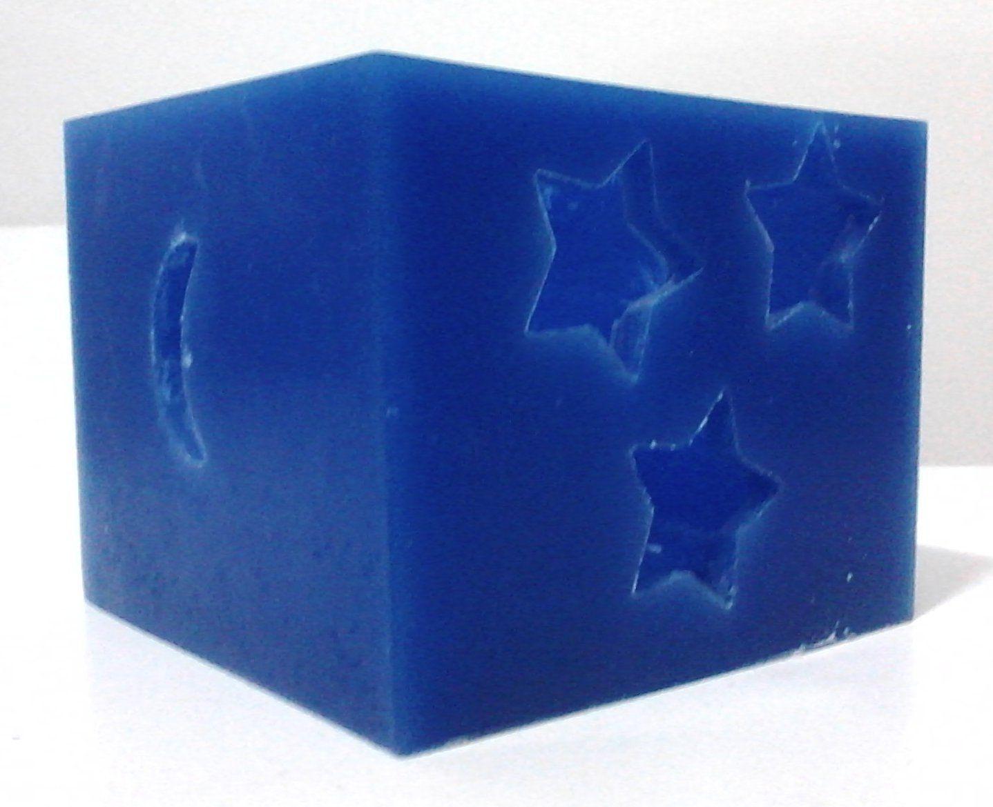 Luminária quadrada azul com detalhes em estrelas e lua.
