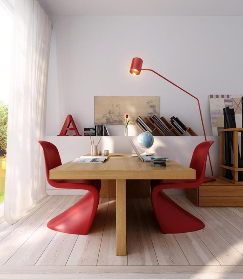 Mesa y sillas rojas para trabajar zona de trabajo en for Sillas comodas para trabajar