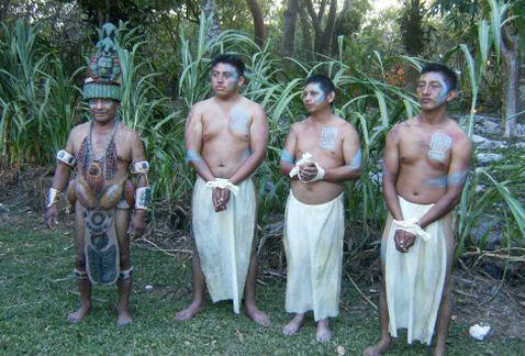 """El parque eco arqueológico Xcaret recreó el 22 de mayo el ambiente que se vivía en el antiguo puerto ceremonial y comercial de Polé, hoy Xcaret, lugar donde mercaderes intercambiaban sus productos por semillas de cacao, considerado """"el alimento de los dioses"""" y moneda de cambio en la cultura maya."""