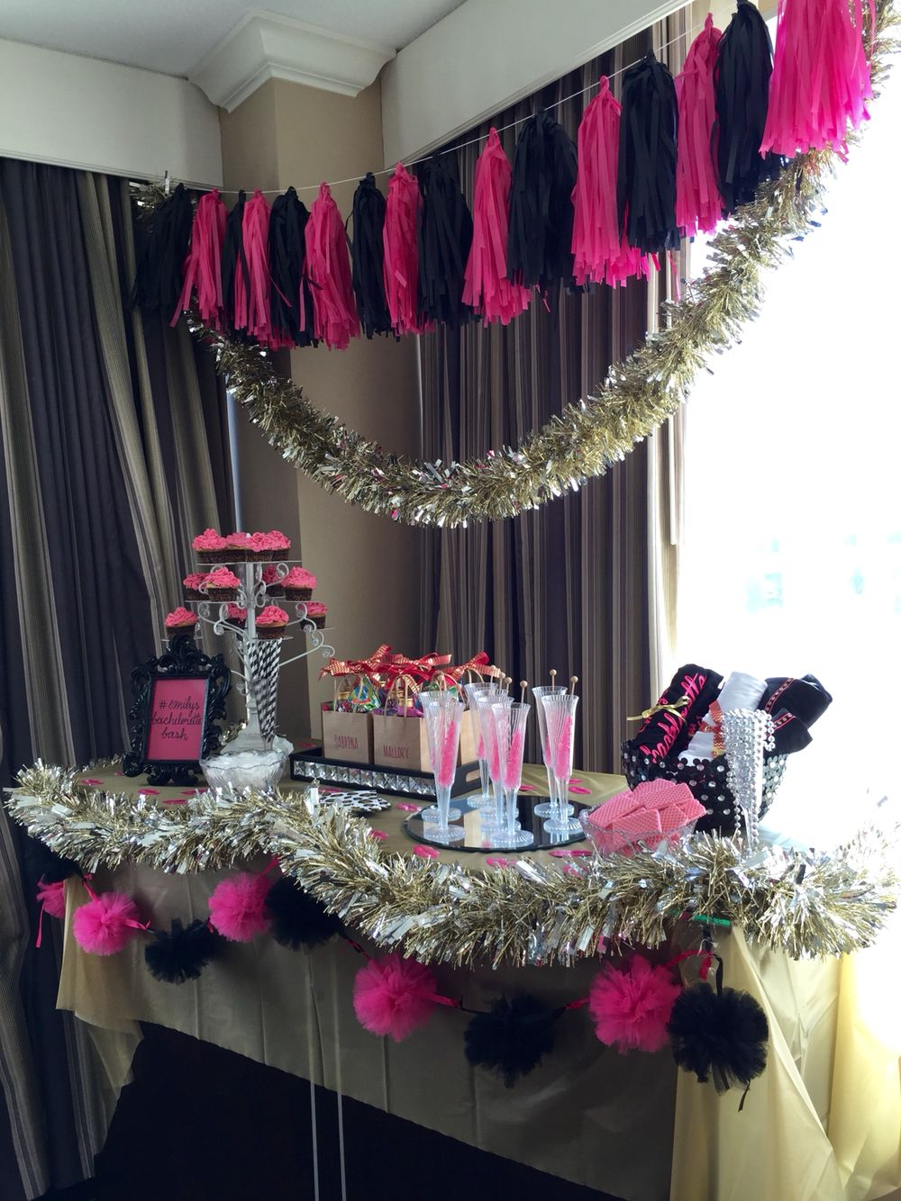Bachelorette party decor hot pink black and gold for Bachelorette party decoration