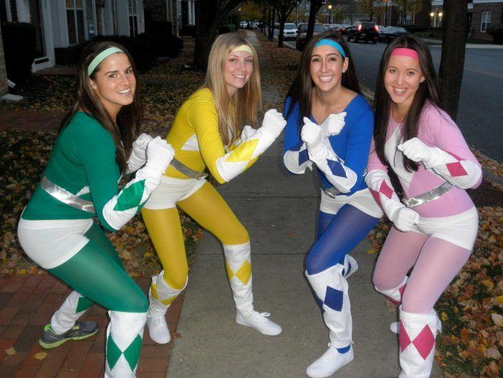 mujeres vestidas de power rangers