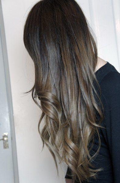 ツヤ感と 透け感が際立つ 暗めだけど 黒くない アッシュがかったダークヘア ヘアカラー 髪 色 ロングヘア