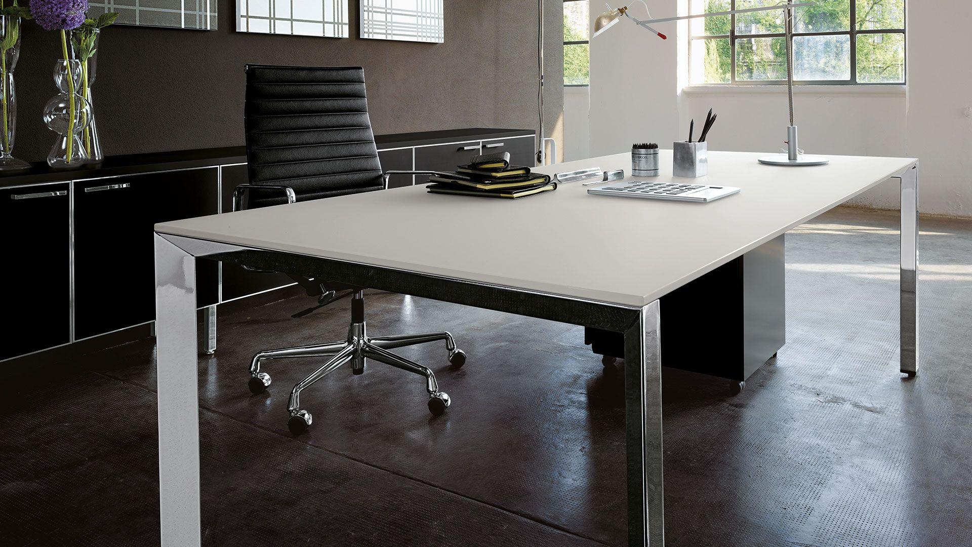 Chefschreibtisch Design Schreibtisch Einzelarbeitsplatz Mit Weißer  Tischplatte Und Chrom Schreibtischbeinen Minimalistisches Büromöbel Design  Individuell
