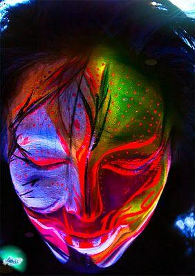 Los maquillajes con pinturas ultravioleta son espectaculares, como cualquier body paintig; pero bajo luces UV, los efectos son totalmente increíbles. #bodypainting #maquillaje #tienda