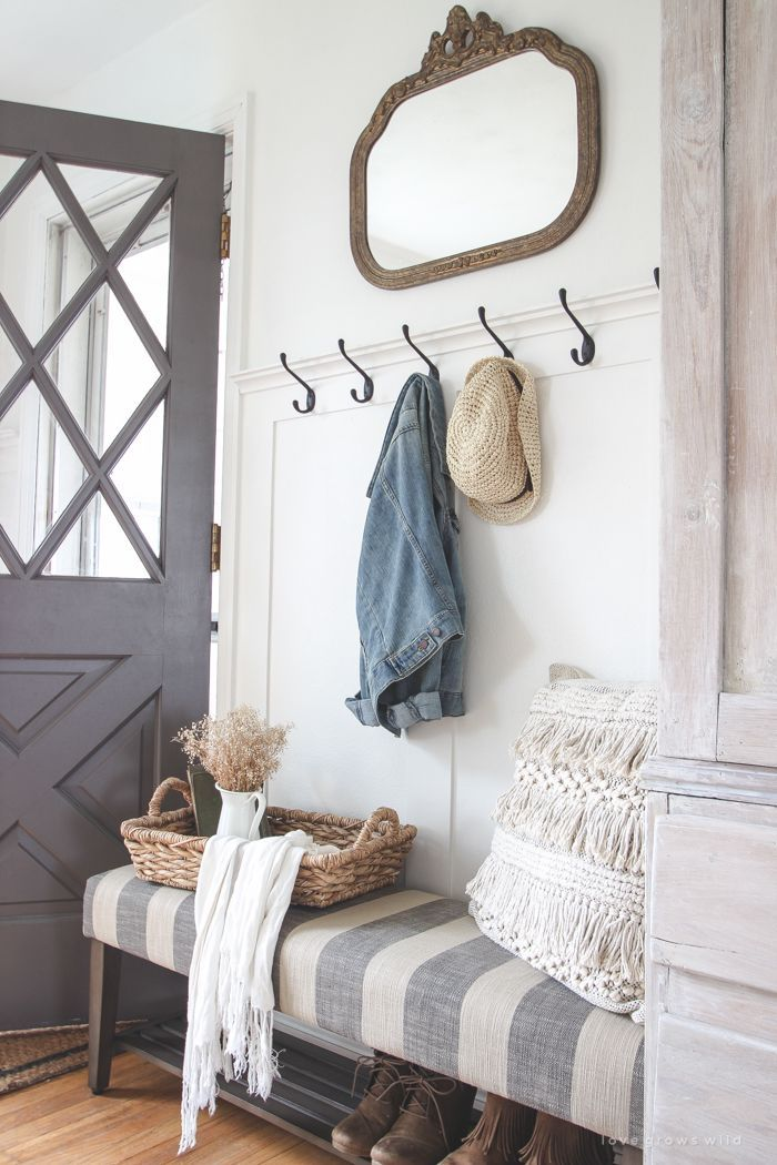 This Beautiful Farmhouse Entryway Is The Perfect Mix Of Style And Organization With A Cozy Bench Hooks Fo Entryway Decor Small Shabby Chic Entryway Home Decor