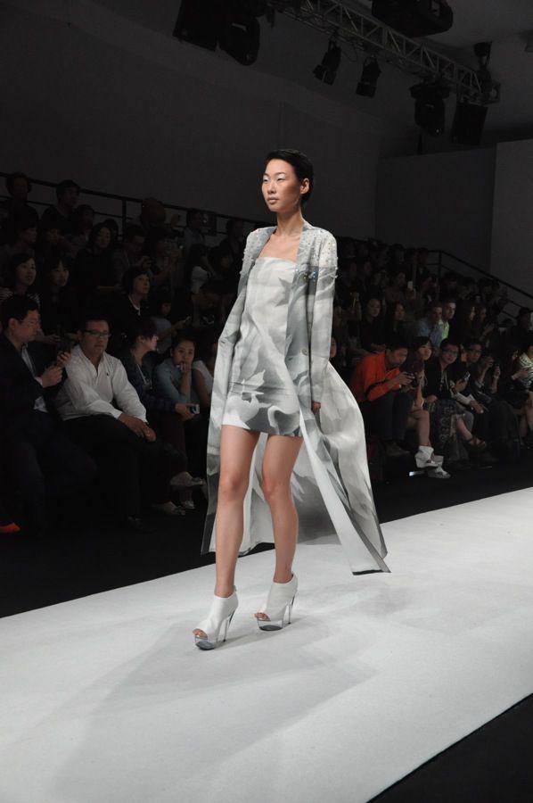 Shanghai Fashion Week Chinese Fashion Designer Xiaoling Liao Of Content Fashion Design Fashion Chinese Style