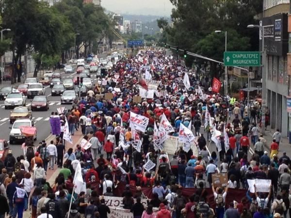 Miles en la marcha contra la imposición de TITINO PEÑA