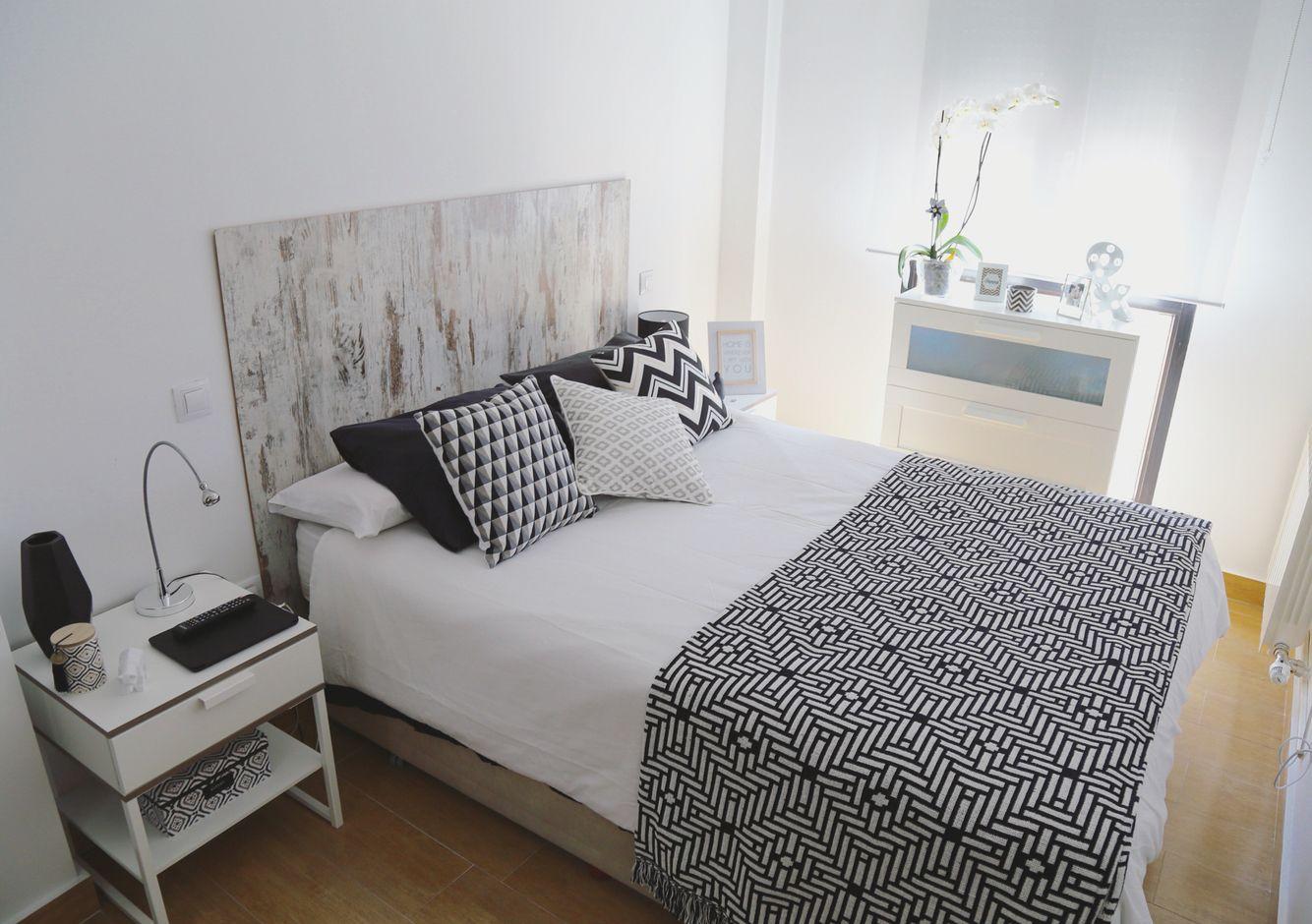 Cabecero diy con suelo laminado mesillas y c moda de ikea y ropa de cama de maisons du monde - Ropa de cama en ikea ...