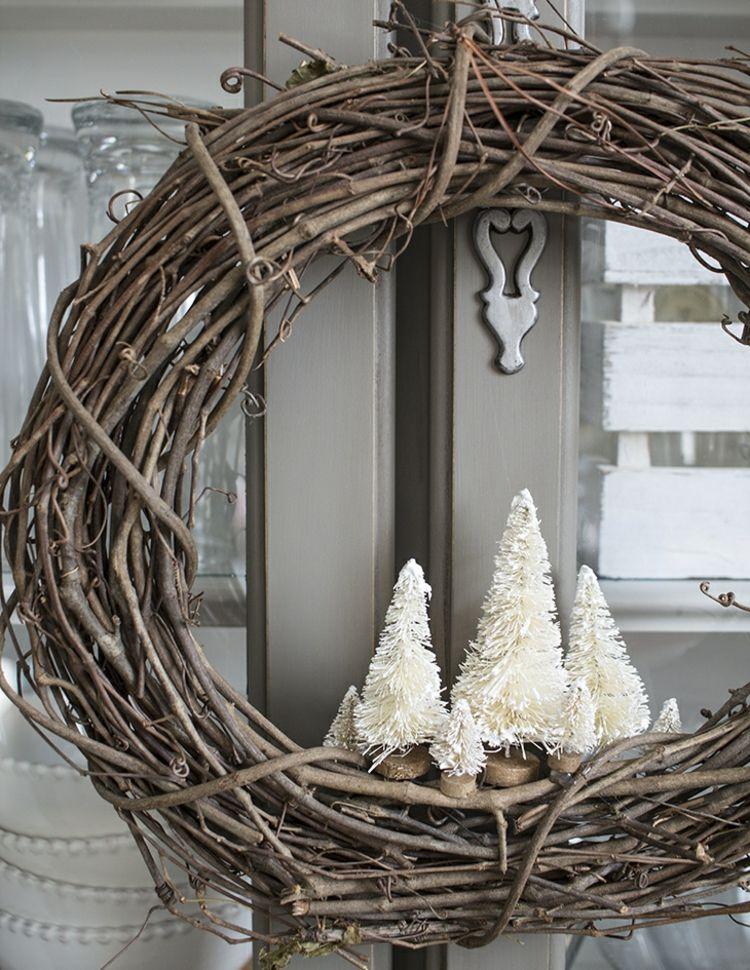 deko weihnachten weidenkranz weihnachtskranz hauseingang weihnachtlich dekorieren idee. Black Bedroom Furniture Sets. Home Design Ideas