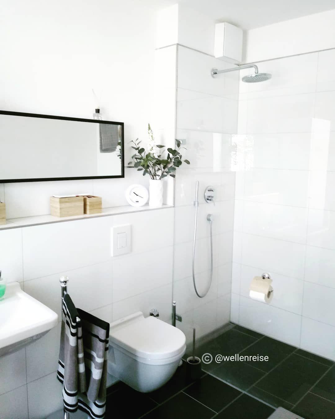 Ich Liebe Unser Schlichtes Bad Grosse Schwarz Weisse Fliesen Begehbare Regendusche Viel Tageslicht Automatische Luftung Genug Platz U Bathroom Toilet Bad