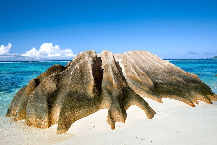 Erodierter Felsen am Strand Anse Source d'Argent auf der Insel La Digue, Seychellen