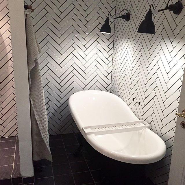 Næsten i mål #badeværelse #makeover med fliser fra @mosaikhjornet #mosaikhjørnet #mettehelenarasmussen #retrovilla #roomstore #roomstoredk @roomstoredk