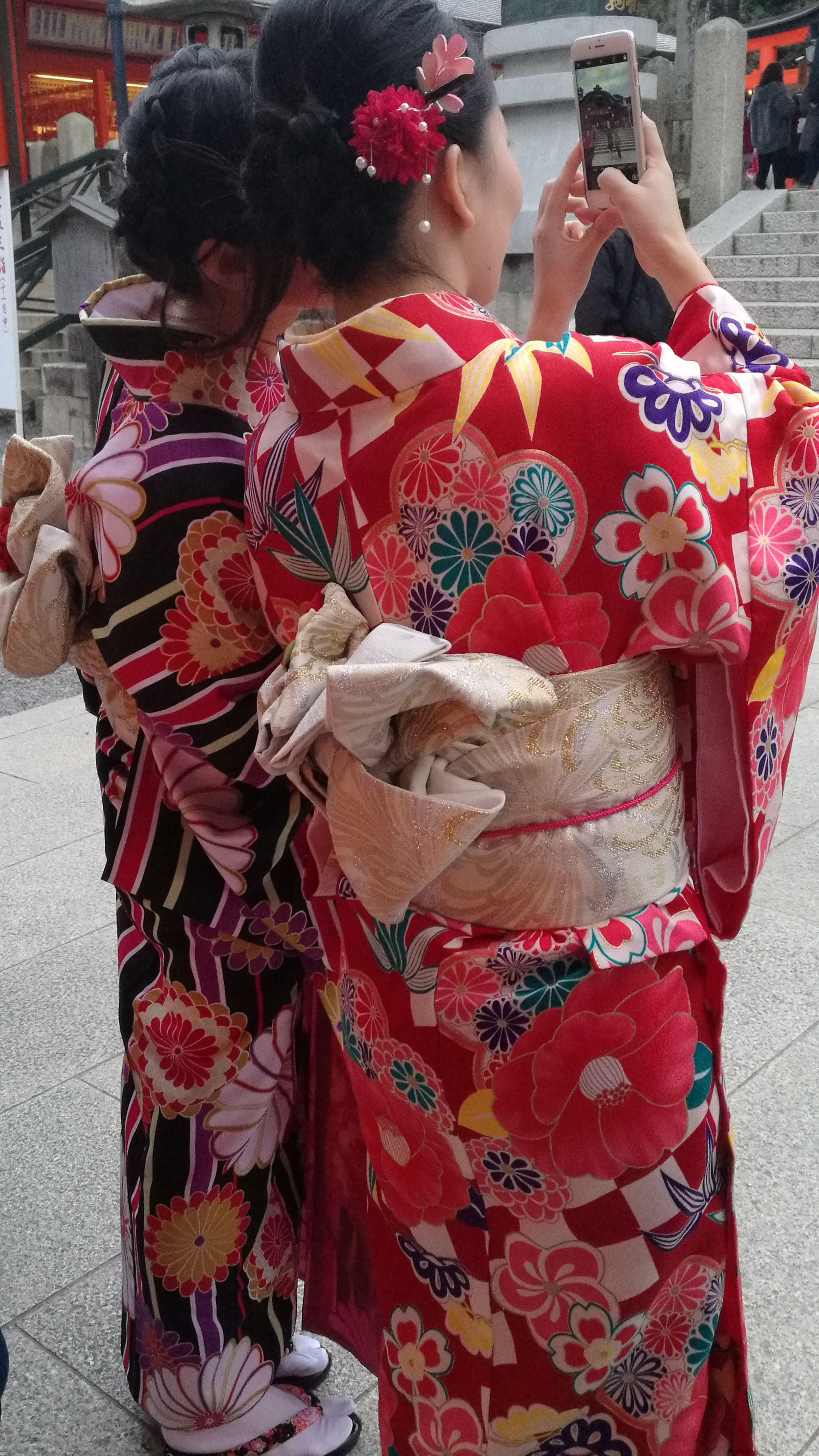 Chicas luciendo el Kimono