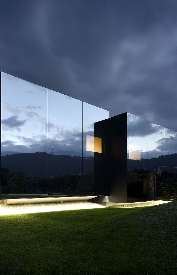 seeing double mirror houses by peter pichler villa de. Black Bedroom Furniture Sets. Home Design Ideas