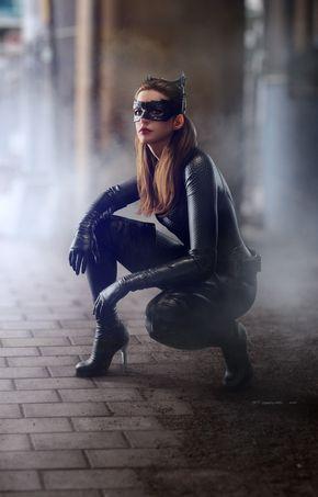 Anne Hathaway saffiche féline et sexy en Catwoman face à