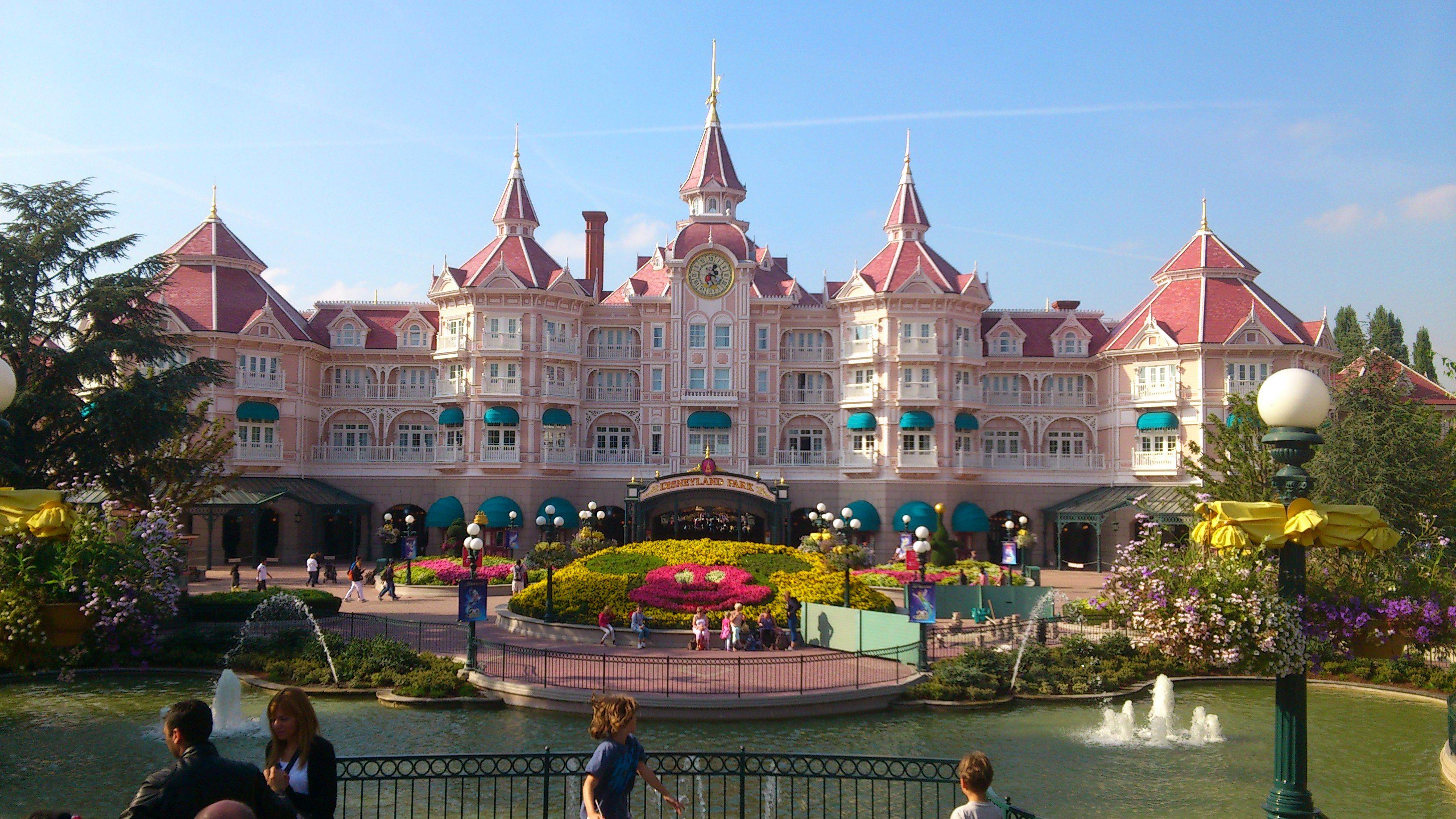 disney land en fleurs devant l'hôtel Disneyland